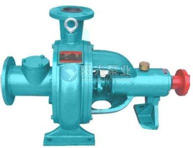 在无泄漏泵中,屏蔽泵使用较广。屏蔽泵用将定子绕组和转子绕组分别置于密封金属筒体内的屏蔽电动机驱动、泵壳与驱动电机外壳用法兰密封相连,取消了泵轴动密封结构的泵。适于输送贵重液体或带放射性的液体。   结构型式:   1、电机与水泵一体化结构,水泵与电动机为同轴连接;   2、电动机定子内侧和转子外侧具有屏蔽套,屏蔽套内侧和泵内连通;   3、安装方式分卧式和立式两种   4、电动机取消了冷却风扇,通过定子与转子之间循环介质对电动机进行冷却,同时采用电动机机座表面冷却。   产品特点:   1、电机与泵一